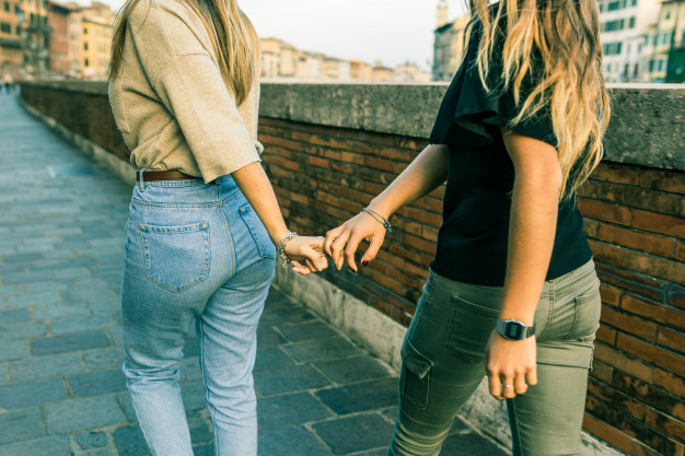 Chicas Mejores Amigas Cogidas Mano Caminando 108072 2438